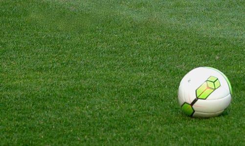 Co piąty uraz u piłkarzy jest spowodowany uderzeniami piłki głową. Nowe badania pokazują, że ryzyko kontuzji można zmniejszyć nawet o 20 proc. [DEPESZA]